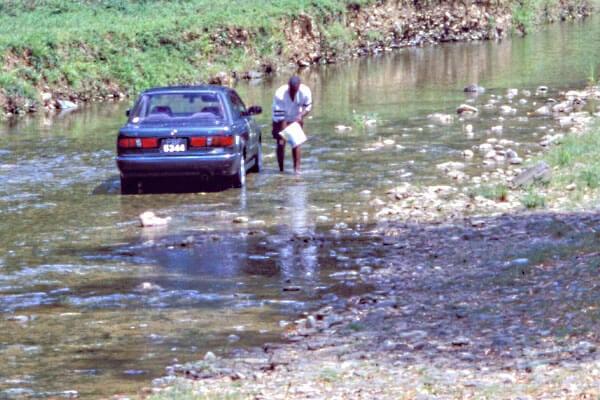 Nešťastná realita - umývanie auta v potoku