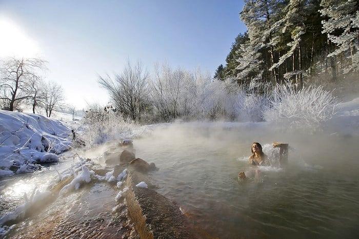 kalameny-relax-kupanie-v-zime-termalny-pramen