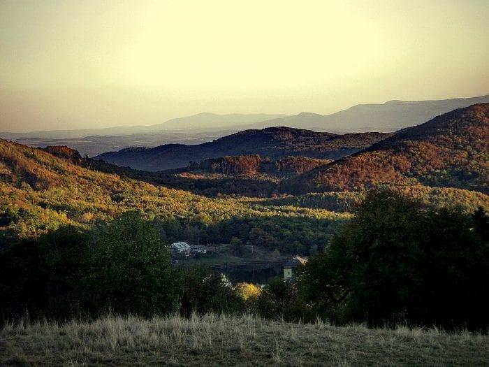 hory-panorama-jazero-stromy-luka-lesy-priroda